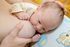 Kobieta pielęgnuje dziecka piersią Obraz Stock