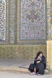 Kobieta pielgrzym ubierał w Islamskiej odzieży, siedzi wśrodku świętego p Zdjęcie Royalty Free