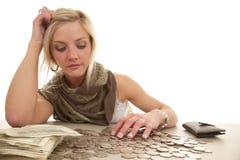 Kobieta pieniądze stołu zmiana Zdjęcia Royalty Free