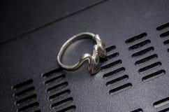 Kobieta pierścionek na ciemnym tle Fotografia Royalty Free