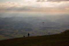 Kobieta, pies i paraglider, zdjęcia royalty free