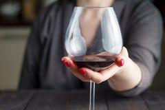 Kobieta pije alkohol na ciemnym tle Obraz Royalty Free