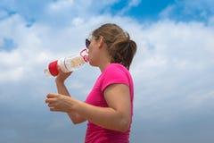 Kobieta pije czystą wodę zdjęcia royalty free
