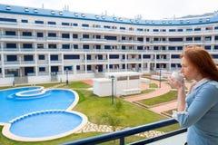Kobieta pije filiżankę w Śródziemnomorskim mieszkaniu Zdjęcia Royalty Free