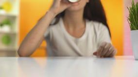 Kobieta pije gorącą kawę od papierowego szkła i ono uśmiecha się, ranek energia, przerwa zbiory wideo