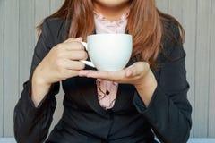 Kobieta pije herbaty lub kawy w kawiarni Zdjęcia Royalty Free