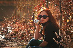 Kobieta pije herbaty od termosu utrzymywać ciepły Fotografia Royalty Free