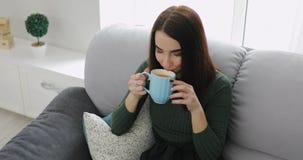 Kobieta pije herbaty w domu zbiory