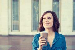 Kobieta pije kawę outdoors trzyma papierową filiżankę Fotografia Stock