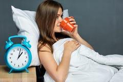 Kobieta pije kawę pod koc zdjęcie stock