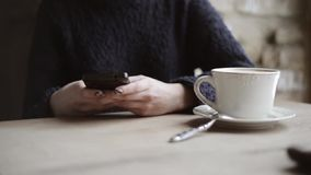 Kobieta pije kawę w kawiarni z smartphone zbiory