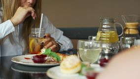 Kobieta Pije Lukrową Owocową lemoniadę przy restauracją zdjęcie wideo