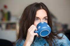 Kobieta pije orzeźwienie zdjęcie stock