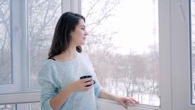 Kobieta pije otwiera okno podczas cofee i cieszy się ranek świeżość indoors zbiory wideo