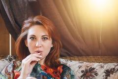 Kobieta pije smakowitego słodkiego koktajl zdjęcie royalty free