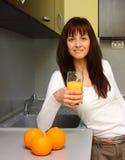Kobieta pije sok pomarańczowego Obrazy Royalty Free