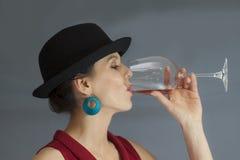 Kobieta pije wino Obrazy Royalty Free