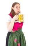 Kobieta pije wyśmienicie piwo przy oktoberfest Zdjęcie Stock