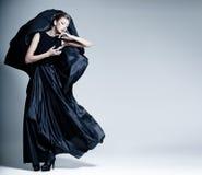 Kobieta piękny model ubierał w eleganckiej sukni Zdjęcia Royalty Free