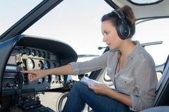 Kobieta pilotuje latającego helikopter Zdjęcie Stock