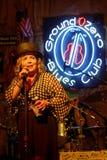 Kobieta piosenkarza sztuki przy punktów zerowych wybuchu błękitów klubem Obrazy Royalty Free