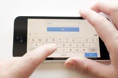 Kobieta pisać na maszynie hasło dla gmail konta nazwy użytkownika na iphone 5c zdjęcie stock