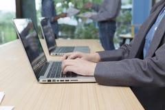 kobieta pisać na maszynie laptop z biznesmenami dyskutuje z pa zdjęcie stock
