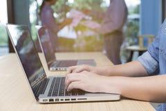 kobieta pisać na maszynie laptop z biznesmenami dyskutuje z pa obrazy royalty free