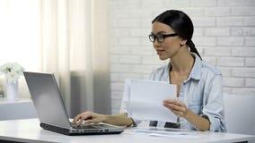 Kobieta pisać na maszynie na laptopie w domu, płacący dla użyteczność online, łatwe bankowość fotografia stock