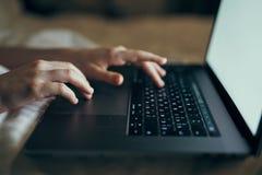 Kobieta pisać na maszynie na klawiaturze, zakończenie obraz royalty free