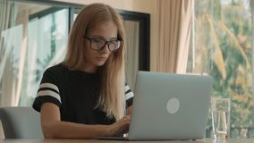 Kobieta pisać na maszynie ruchliwie na jej laptopie przy okno jej mieszkanie podczas dnia Freelance poj?cie zbiory