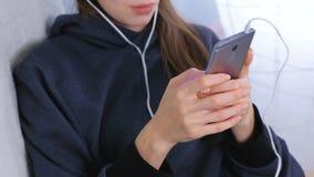 Kobieta pisać na maszynie wiadomość na telefonie komórkowym, ręki w górę zbiory