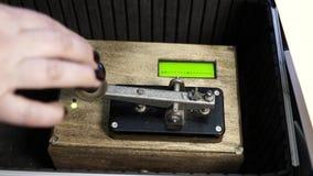 Kobieta pisać na maszynie wiadomość używać Morse kod zbiory