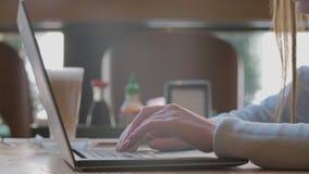 Kobieta pisa? na maszynie na laptop klawiaturze w biurze Zako?czenie w g?r? kobiety wr?cza pisa? na laptop klawiaturze zbiory