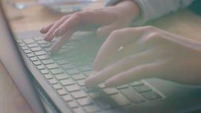 Kobieta pisa? na maszynie na laptop klawiaturze w biurze Zako?czenie w g?r? kobiety wr?cza pisa? na laptop klawiaturze zdjęcie wideo