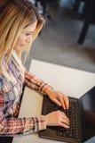 Kobieta pisać na maszynie na laptopie w biurze Obraz Stock