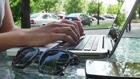 Kobieta pisać na maszynie na laptopie na lato kawiarni zdjęcie wideo