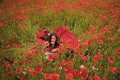 Kobieta pisarz w makowym kwiatu polu fotografia stock
