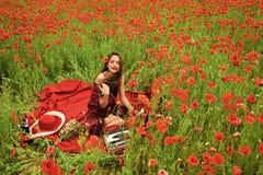Kobieta pisarz w makowym kwiatu polu zdjęcie royalty free
