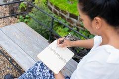 Kobieta Pisze Środowiskowym Parkowym relaksu pojęciu obrazy royalty free