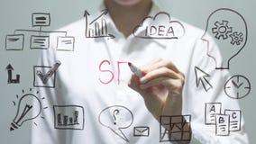 Kobieta pisze SEO na przejrzystym ekranie Bizneswoman pisze na pokładzie zdjęcie wideo