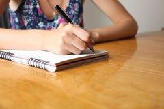 Kobieta pisze w notatniku zdjęcie royalty free