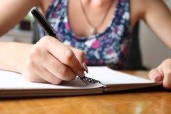Kobieta pisze w notatniku obraz royalty free