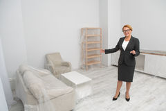 Kobieta pośrednik handlu nieruchomościami proponuje odwiedzać mieszkanie - mieszkanie Fotografia Stock