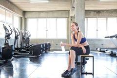 Kobieta po ćwiczenia Młoda dziewczyna jest odpoczynkowa po ćwiczenia Portret piękne kobiety w sportswear Atleta odświeża z zdjęcie royalty free