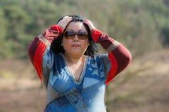 Kobieta po środku lasu z wyrażeniem zdumienie zdjęcie stock