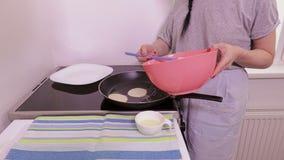 Kobieta początki gotować bliny zbiory