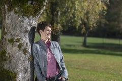 Kobieta pod drzewem w jesieni Fotografia Royalty Free