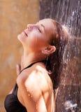 Kobieta pod odświeżającą zimną prysznic Obraz Royalty Free
