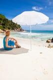 Kobieta pod sunshade Fotografia Stock